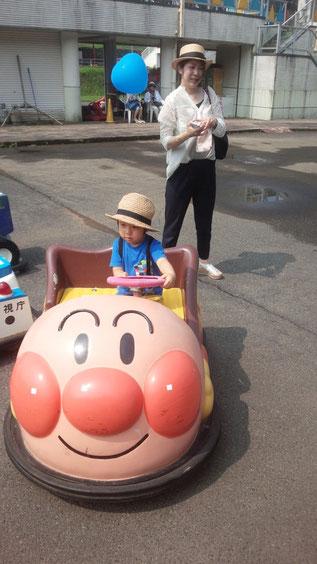 子供の乗り物に乗る写真