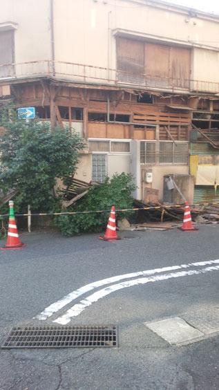 倒壊寸前の建物の写真