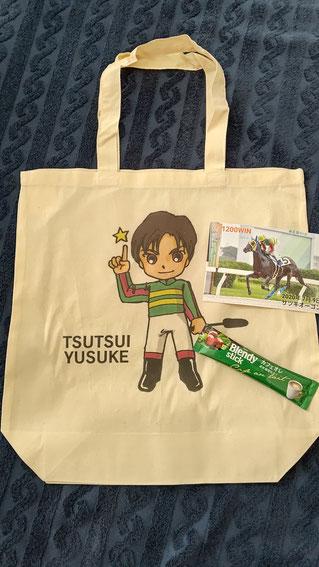 【プレゼント内容】筒井勇介騎手のイラストが描かれたエコバッグ、1200勝達成記念ポストカード、スティックコーヒー