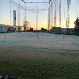 2日は朝一番でゴルフ練習場へ・・