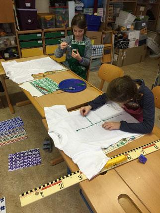 T-Shirts, Polster oder Frisbees entstehen bzw. werden bearbeitet.