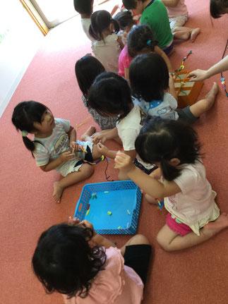 今日、ほしぐみさんは、ひも通しで遊びました。丸や三角などの形や、ストローなどをひもに通して遊びました。みんな、とても集中して遊んでいました。