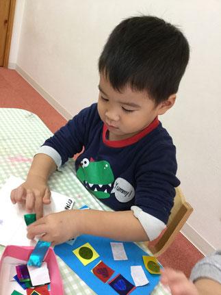 ほしぐみさんは、のりを使ってせいさく遊びをしました。上手にのりをつけることができました。   みんな、いろいろな紙をたくさんつけていました。