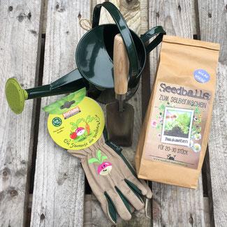 Kinder-Gartenwerkzeug, Handschuhe und eine schöne grüne Kindergießkanne bei www.the-golden-rabbit.de