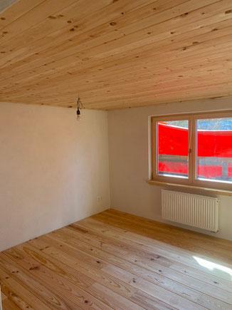 Innenausbau in Tuttlingen. Kiefer Holzboden geölt. Wohngesunder Ausbau mit Holz und Lehm. Massivholzböden Muster bei uns am Lager.