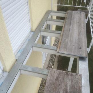 Abdeckbleche zum Schutz der Holzkonstruktion bei einem Balkon in Balingen. Darauf wird der Holzrost montiert. Dauerhafter Holzschutz des Tragwerks durch Abdeckung der horizontalen Flächen.