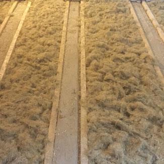Decken und Fußbodendämmung mit Hanffaser auf einer Baustelle in Balingen. Das Deckengebälk wurde mit Dielen ausgeglichen für den folgenden Unterboden.
