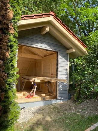 Gartenhaus in Balingen mit Fichte Stülpschalung. Vergrauungslasur silber. Die Dacheindeckung haben wir mit Tondachziegeln von Erlus gemacht. Passend zum Wohnhaus.