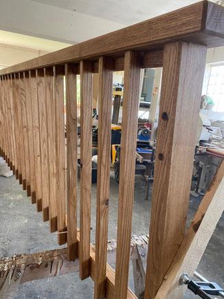 Hier fertigen wir in unserer Werkhalle in Dormettingen einen Französischen Balkon. Wir haben hierfür langlebiges Kastanienholz verwendet. Kastanienholz ähnelt von der Maserung sehr dem Eichenholz. Dieses Geländer ist zusätzlich noch geölt worden.