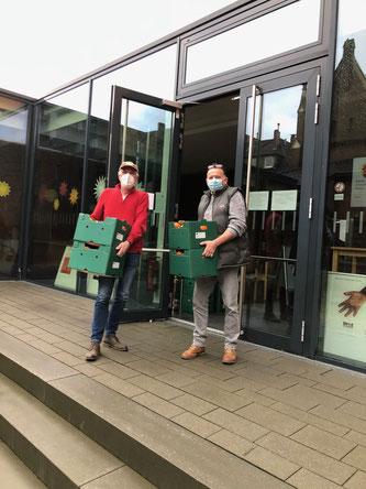 Wolfgang und Gerd beim Ausladen der Orangen am Martinszentrum