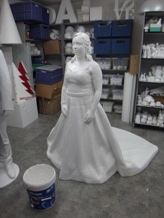 Novia, a tamaño natural, como elemento decorativo en su propia boda.