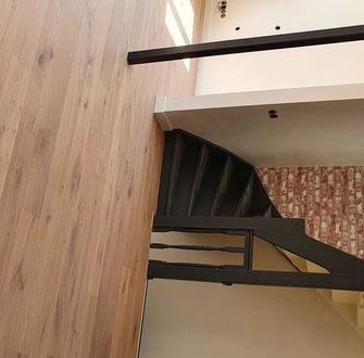 Duo planken houten vloer afgewerkt met enkel wit