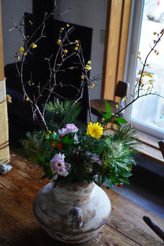 陶芸家 焼き物 陶芸作品 茨城県笠間市 土鍋作品 粉引き作品 お正月の花