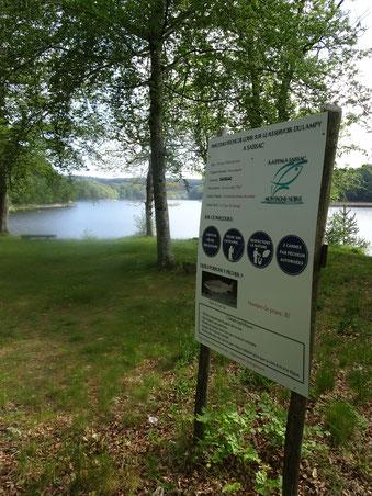 Parcours Pêche Loisir ,panneau d'informations pour les pêcheurs .Réservoir du Lampy