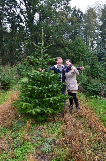 Glückliche Familie mit Tannenbaum natürlich aus Bassum, Groß Henstedt in der Nähe von Syke.