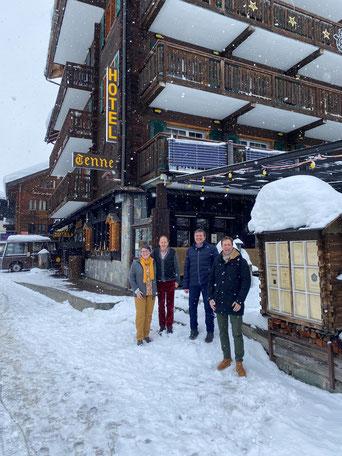Foto nach dem Verkauf (von l nach r) Emanuela und Richard Berchtold (Verkäufer), André Gribi, Makler H&G, Lorenz Nef (Vertreter Käufer).