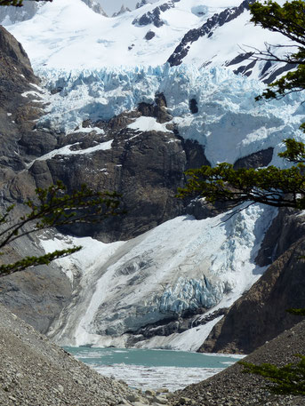 Le glacier Piedras Blancas perché au dessus d'une lagune, Fitz Roy