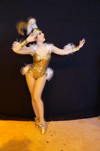 Trixie Trouble als 1920er Jahre Showgirl von Dixie Dynamites HOLLYWOOD FLAPPERS. Lerne Charleston und Vintage Showgirl Style im Vintage Dance Studio München Bayern, Zwanziger Jahre Künstler Showeinlagen.