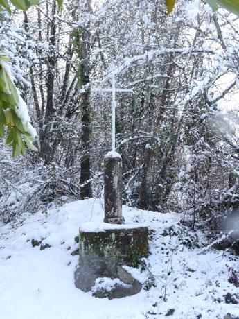 Collonges-la-Rouge, croix sur La Voie de Rocamadour en Limousin et Haut-Quercy