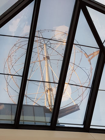 Weltkugel von H.A. Schult auf dem DEVK Gebäude, Foto: Oetken