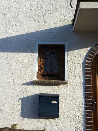 Kleines Fenster aus Eiche, neben Haustür