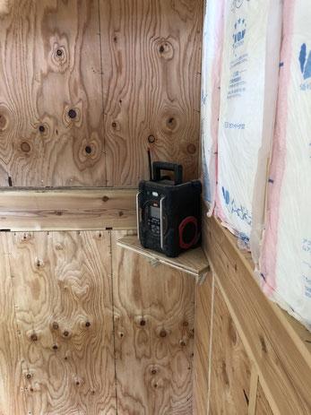 新築の現場で、大工さんが階段の吹き抜け部分にかわいらしくラジオの仮置き台を作っていた。No music, no life.