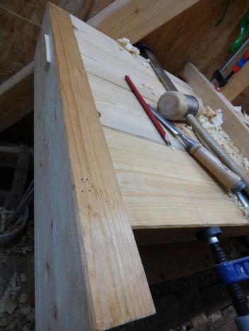 Für den Anbau eines selbst gebauten Holzschraubstocks mit der 62mm Holzspindel, wird die Werkbankplatte mit Front- und Seitenschürzen verstärkt. Selbstgefertigte Holzverbindungen: Durchgangszapfen und Schwalbenschwanz. Carpenters bench home built.