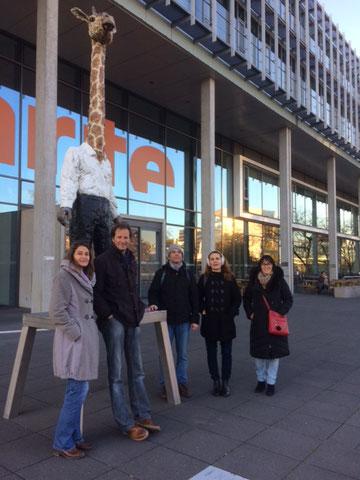 Schnitzeljagd durch's Europäische Viertel. Die Gruppe der Lehrer vor dem Arte-Hauptgebäude