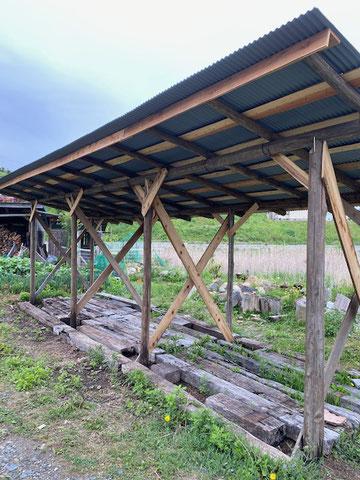 廃材を利用して薪小屋を作りました。今まであった小屋は既に飽和状態だったのでこれでまたどんどん薪割りできます。