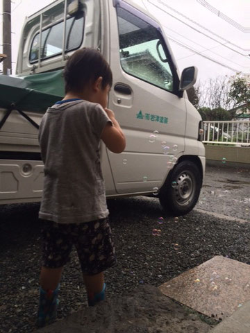 熊本市東区長嶺町の外壁塗装・屋根塗装専門店㈲岩津塗装の軽トラとシャボン玉。