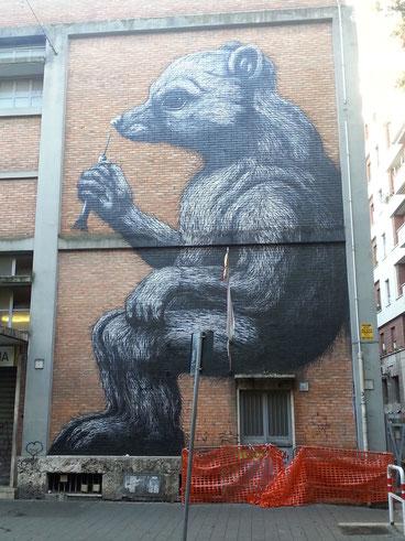 Vi ricordate l'orsa Daniza, morta lo scorso anno in Trentino per una dose eccessiva di narcotico? Il suo ritratto campeggia in via Sabotino, sul muro del mercato rionale del quartiere