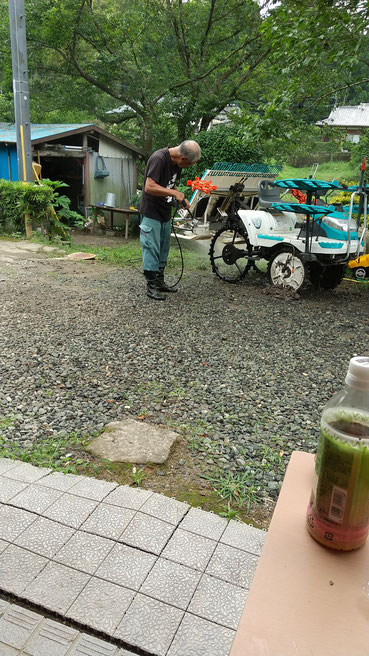 田植え機を洗う父の姿