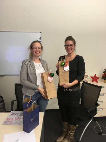 Susi und Katrin mit Geschenken