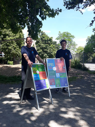 Philipp und Lucas beim Verteilen der Plakatständer