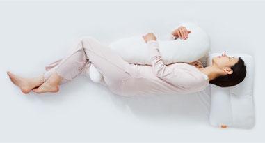 医師がすすめる抱きまくらのイメージ画像 抱きまくらで寝ている写真