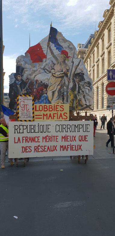 ACTE 21 à la sortie de la place République le CHAR GILETS JAUNES JUSTICE emmener par Maître Wilfried PARIS Avocat dissident menacé de Mort en France