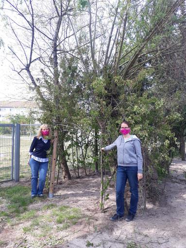 17.04.2020 Marion und Katja zeigen euch die feritigen Masken, wenn ihr wieder kommt wartet dieses tolle Weidezelt auf euch, vor dem sie gerade stehen.