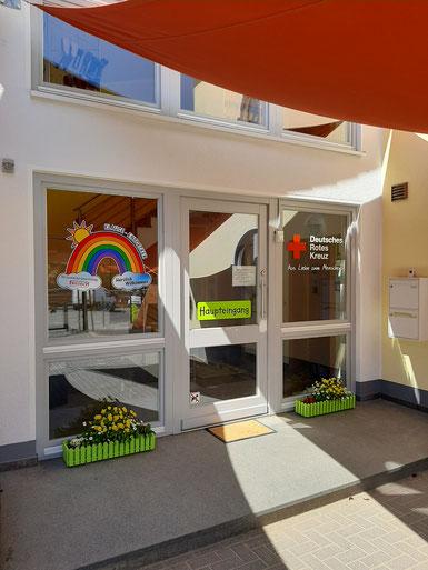 Das Gebäude der Kindertagesstätte Klause-Entdecker mit dem Einrichtungsschild