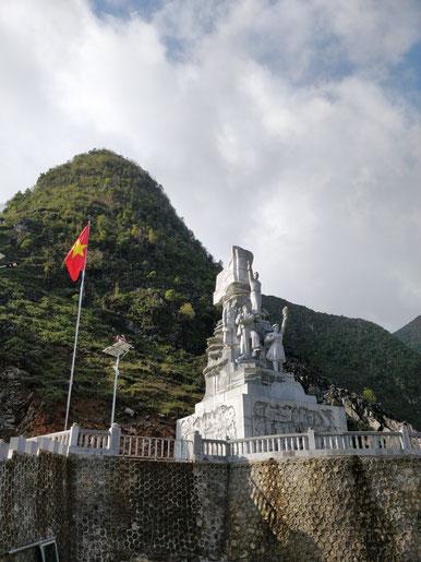 Monument à la goire de ceux qui ont creusé ce chemin