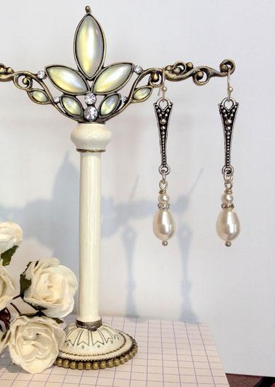 Boucles d'oreille girandoles de style victorien avec perles nacrées et strass