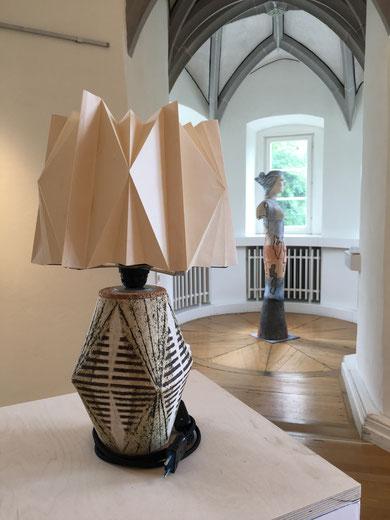 Juliana Jaramillo,  Lampe -- im Hintergrund Keramikskulptur von Ilsemarie Wülfing
