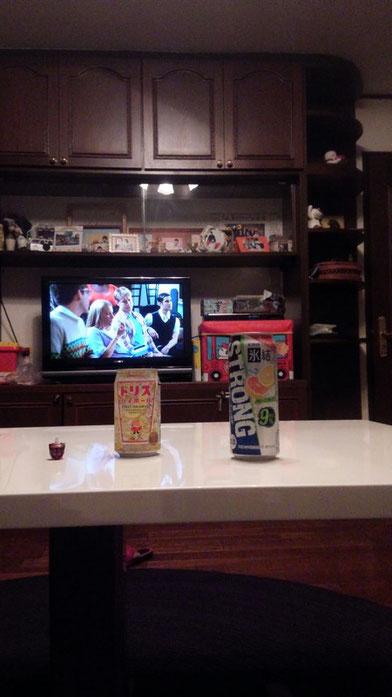 お酒とテレビの写真