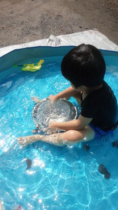 社長の子供がプールに入っている写真
