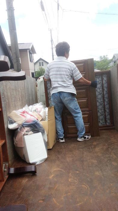 不用品回収で荷物を載せる様子