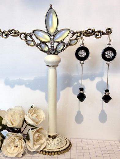 Les bijoux de la collection Art Déco avec pendentif émaillé noir et perles en cristal autrichien