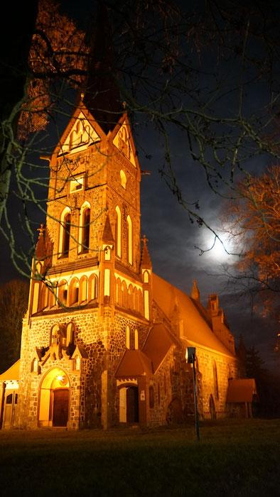 Kirche in Golzow am Abend