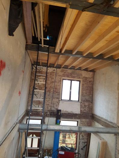 """hier zijn we bezig met een complete renovatie van een jaren 30"""" woning , Compleet nieuwe constructie van de vloeren met nieuwe draagbalken en een extra verdieping erop"""
