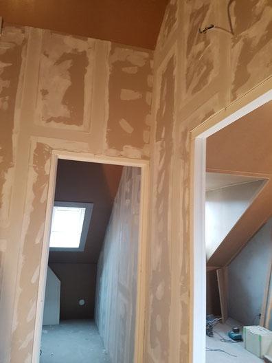 Bij deze verbouwing hebben we de zolder verdeeld in 2 ruimte,s een slaapkamer en een washok tevens een dakvenster gemonteerd voor meer daglicht