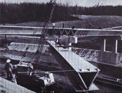 Platzierung eines Aluminium-V-Trägers in Semimonocoque-Bauweise. Die Oberseite des Trägers bildet die Unterdeckschalung für die Betondecke.