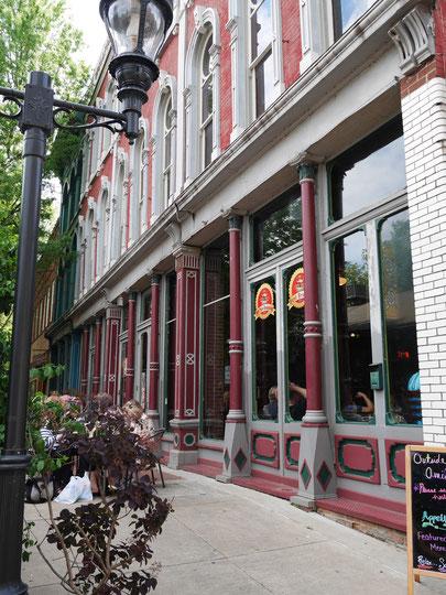 こちらは街の中のカフェです。キルト関係の方たちで混み合っていますね。